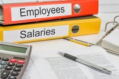 Falcówki z etykietek pensjami i pracownikami Zdjęcia Royalty Free