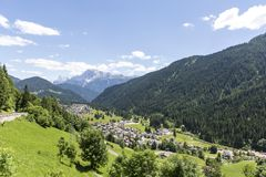 Falcade, Bellune, Vénétie, Alpe, dolomites : Montagnes d'été, nature Ville italienne dans les montagnes Paysage idyllique dans le image libre de droits