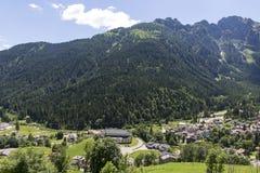 Falcade, Bellune, Vénétie, Alpe, dolomites : Montagnes d'été, nature Ville italienne dans les montagnes Paysage idyllique dans le photo libre de droits