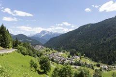 Falcade, Bellune, Vénétie, Alpe, dolomites : Montagnes d'été, nature Ville italienne dans les montagnes Paysage idyllique dans le image stock