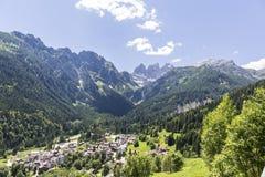 Falcade, Bellune, Vénétie, Alpe, dolomites : Montagnes d'été, nature Ville italienne dans les montagnes Paysage idyllique dans le photographie stock