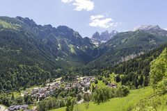 Falcade, Bellune, Vénétie, Alpe, dolomites : Montagnes d'été, nature Ville italienne dans les montagnes Paysage idyllique dans le images stock