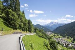 Falcade, Bellune, Vénétie, Alpe, dolomites : Montagnes d'été, nature Ville italienne dans les montagnes Paysage idyllique dans le images libres de droits