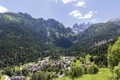 Falcade, Belluno, Vêneto, Alpe, dolomites: Montanhas do verão, natureza Cidade italiana nas montanhas Paisagem idílico nos cumes imagem de stock