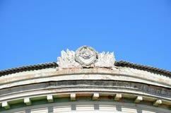 Falce e martello insieme con l'emblema dell'URSS del calcestruzzo sul tetto di vecchia costruzione Fotografie Stock Libere da Diritti