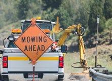 `` Falciando avanti `` il segno sopra appoggi del camion Immagini Stock