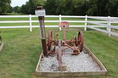 Falciatore di Antivari della falce - Amish tradizionale che coltiva lavorare visualizzato al villaggio di Amish Fotografie Stock