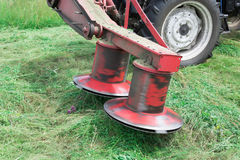 Falciatore girante del trattore nella posizione di lavoro Fotografie Stock Libere da Diritti