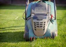 Falciatrice da giardino che taglia erba verde in cortile Immagine Stock Libera da Diritti