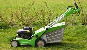 Falciatrice da giardino sull'erba fresca del taglio Fotografie Stock Libere da Diritti