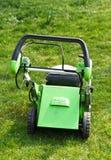 Falciatrice da giardino sull'erba fresca del taglio Immagine Stock