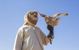 Falconiere con un allocco del deserto in un deserto Immagine Stock Libera da Diritti