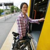 Falcowanie bicykl na transporcie publicznym zdjęcie royalty free