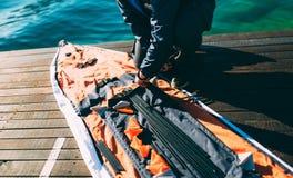 Falcowanie kajak Gromadzić kajaka na brzeg zatoka K zdjęcia royalty free