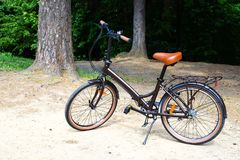Falcowanie kobiet ` s chodzący rower obraz stock
