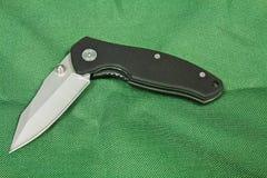 Falcowanie nóż na zielonym tle zdjęcia stock