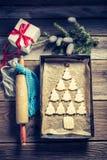 Falcowanie piernikowa chałupa dla bożych narodzeń na drewnianym stole zdjęcie stock