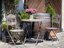Falcowanie stół i krzesło zdjęcia royalty free
