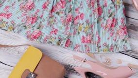Falda azul con la impresión floral almacen de video