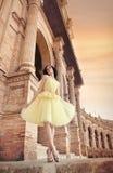 Falda del amarillo de la bailarina de la mujer que lleva hermosa Foto de archivo libre de regalías