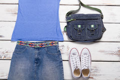 Falda del dril de algodón con un top sin mangas azul Foto de archivo