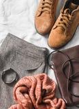 Falda determinada de la ropa del ` s de las mujeres, botas del ante, bufanda, la bolsa para transportar cadáveres cruzada de cuer Fotografía de archivo