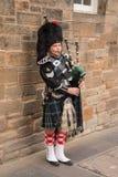 Falda escocesa que lleva del gaitero escocés tradicional Imagen de archivo