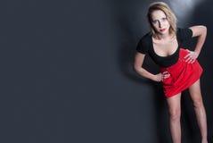 Falda roja y blusa negra en estudio Fotografía de archivo