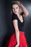 Falda roja y blusa negra en estudio Fotos de archivo libres de regalías