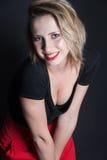Falda roja y blusa negra en estudio Foto de archivo