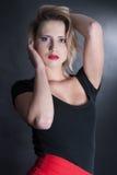 Falda roja y blusa negra en estudio Imágenes de archivo libres de regalías