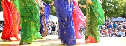 Faldas coloridas de bailarinas de la danza del vientre Imágenes de archivo libres de regalías