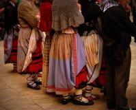 Faldas de la danza tradicional en país vasco fotografía de archivo