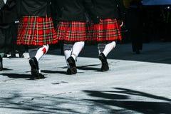 Faldas escocesas que marchan Imagen de archivo