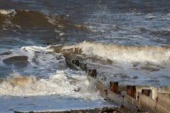 Fale łama na brzeg drewnianym groyne, Fleetwood obraz stock
