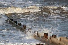 Fale łama na brzeg drewnianym groyne, Fleetwood fotografia stock