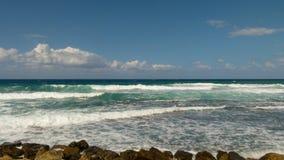 Fale biegają z śnieżnobiałymi przegrzebkami przez błękitnego i turkusowego morze obrazy stock