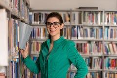 Fale College Student In uma biblioteca Foto de Stock Royalty Free