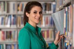 Fale College Student In une bibliothèque Photo stock