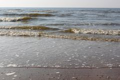 Fale morze północne przy zmierzchem Mokry piasek i jasny wieczór niebo Plaża morze, Ostend, Belgia obraz royalty free