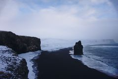Fale na brzeg czarna piasek plaża, Iceland fotografia royalty free