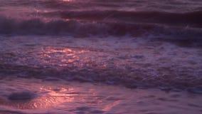 Fale, piana, kipiel, na mokrym piasku, ciemny morze przeciw tłu pomarańczowy zmierzch, zbiory