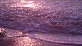 Fale, piana, kipiel, na mokrym piasku, ciemny morze przeciw tłu pomarańczowy zmierzch, zdjęcie wideo