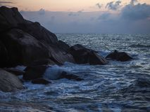 Fale rozbija na nabrzeżnych kamieniach przy wschód słońca obrazy royalty free