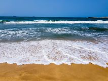 Fale rozbija na plaży z białego morza pianą na piasku, Tropikalna plażowa scena, urocza pogoda obrazy royalty free