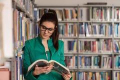 Fale student collegu W bibliotece Zdjęcie Royalty Free