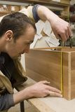 Falegname che fa mobilia nel suo manufactory fotografie stock