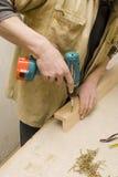 Falegname che fa mobilia nel suo manufactory immagine stock libera da diritti