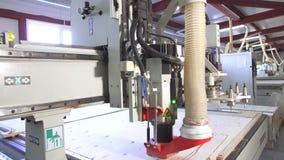 Falegnameria che scolpisce la fabbrica della mobilia delle macchine video d archivio