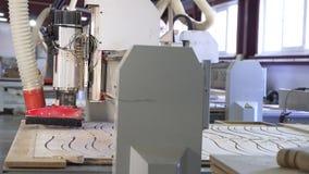 Falegnameria che scolpisce lasso di tempo della fabbrica della mobilia delle macchine archivi video